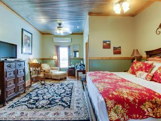 Plush dog-friendly suite with on-site tasting rooms, walk to wineries! - Fredericksburg vacation rentals