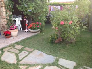 Casa centralissima con giardino e doccia esterna - San Teodoro vacation rentals