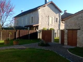Character house Acquitaine terrace & swimming pool - La Roquille vacation rentals