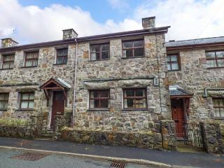 4 ADWY'R NANT, mid-terrace, multi-fuel stove, en-suite, river views, in Beddgelert, Ref 917438 - Beddgelert vacation rentals