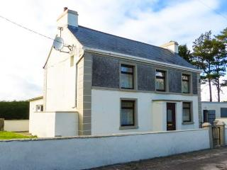LEITRA, detached, solid fuel stove, private garden, nr Dunmore, Ref 924232 - Dunmore vacation rentals