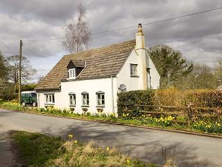 OLD PIKE COTTAGE, detached, woodburning stove, pet-friendly, lawned garden, in Newnham, Ref 928656 - Newnham vacation rentals