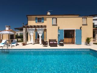 Comfortable Villa with Internet Access and Private Outdoor Pool - Umag vacation rentals