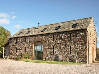 RUSBY BARN, woodburning stove, pet-friendly, underfloor heating, fantastic base for walking, Ousby, Ref 922015 - Ousby vacation rentals