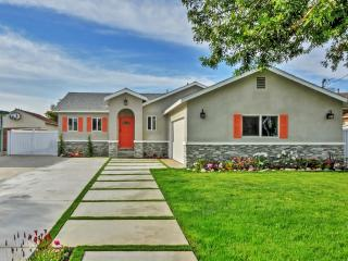 New Listing! Brilliant 4BR Garden Grove Home w/Wifi, Newly Renovated Interior, Relaxing Private Patio & Lush Backyard - Walk to Disneyland, Downtown Disney & Anaheim Convention Center! - Garden Grove vacation rentals
