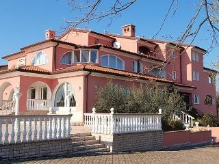 Sunny 4 bedroom Apartment in Pavicini - Pavicini vacation rentals