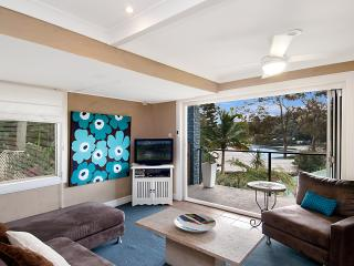 Light & airy. Beach, bay & cafes minutes walk - Hardys Bay vacation rentals
