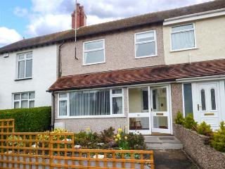 CRAIGFRYN, mid-terrace, close to amenities, parking, garden, in Conwy, Ref - Conwy vacation rentals