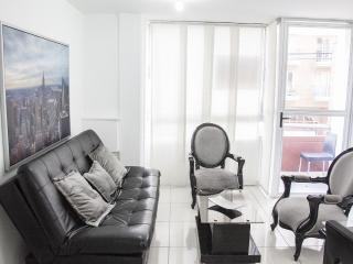 APARTAMENTO AMOBLADO EN LAURELES MEDELLIN 302 - Medellin vacation rentals
