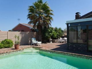 Cozy House in Edgemead with Satellite Or Cable TV, sleeps 2 - Edgemead vacation rentals