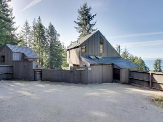Modern cabin w/ hot tub, reading nook, & sweeping views! Community pool access - Sea Ranch vacation rentals