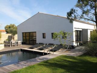Jolie villa de caractère avec piscine chauffée - Saint-Georges d'Oleron vacation rentals