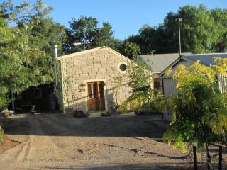 Gorgeous 2 bedroom Cottage in Oakbank with Dishwasher - Oakbank vacation rentals