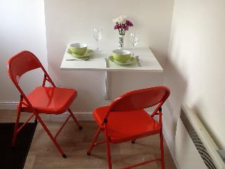 1bed studio. Sleeps 2. Quiet, peaceful setting - Farnham vacation rentals