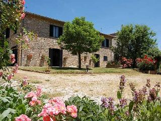 Detached villa with private and fenced pool. 5 bedrooms - 11 sleeps. 25 km Todi - Castel dell'Aquila vacation rentals