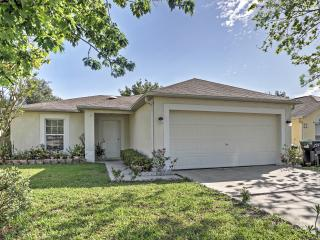 Spacious 3BR Orlando House w/Wifi, Private Screened Porch & Lush Landscaping - Just 30 Minutes from Disney/Universal Studios! Close to Lakes, Shopping, Beaches & More! - Chuluota vacation rentals