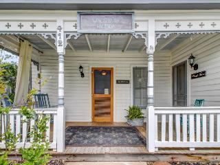 Historic home w/ a cute front & back porch, a cozy fireplace, & more! - Fredericksburg vacation rentals