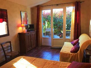 Chambre Safran ,  Petite Maison derrière les Buis - Gras vacation rentals