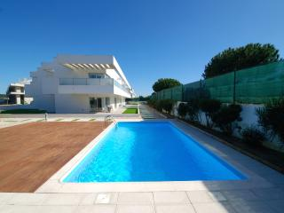 """Verde"" apartment by Rental Retreats - Sao Pedro de Moel vacation rentals"
