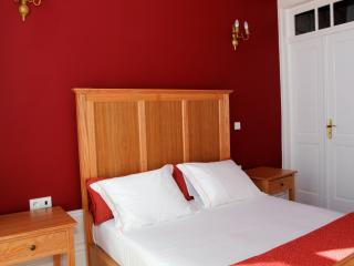 SENSUAL RED - CENTENARY FONTAINHAS APARTMENTS - Porto vacation rentals