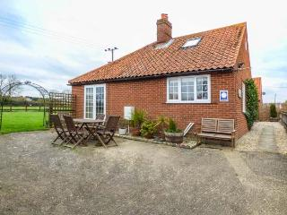 THE OLD CART SHED, five bedrooms, woodburner, enclosed garden, pet-friendly, WiFi, North Elmham, Ref 935377 - North Elmham vacation rentals
