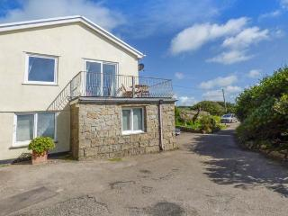 THE LOOKOUT, private beach access, sea views, balcony, pet-friendly, Sennen Cove, Ref 932663 - Sennen Cove vacation rentals