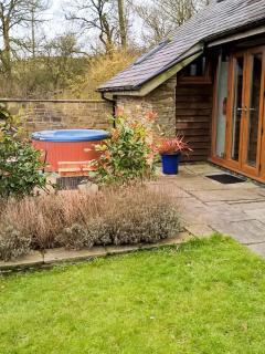 THE CWTCH, converted barn, super king-size bed, woodburner, hot tub, Llanbister, Ref 928847 - Llanbister vacation rentals