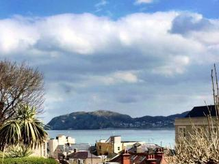 ORME COTTAGE, elevated position, enclosed patio, pet-friendly, in Llandudno Ref 933444 - Llandudno vacation rentals