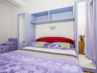 TH03447 Apartments Nevena / Triple Room S4 - Tucepi vacation rentals