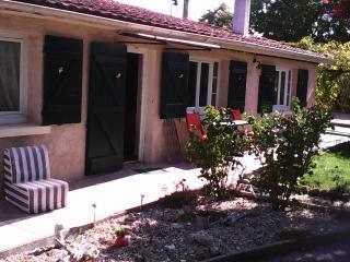 maison en pierre , dans petit village , avec parc - Civrac-en-Medoc vacation rentals