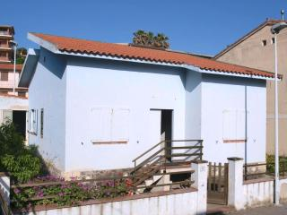 Detached house with garden 50 meters to the sea - S'archittu vacation rentals