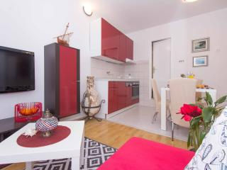 Red Valentino apartment, part of LoveMySplit - Split vacation rentals