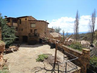 Bright 4 bedroom Salas de Pallars Condo with Deck - Salas de Pallars vacation rentals