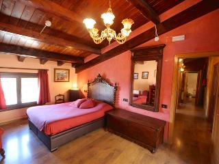 Bright 4 bedroom Salas de Pallars Apartment with Deck - Salas de Pallars vacation rentals