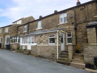 HOLLY COTTAGE, terraced, WiFi, pet-friendly, private garden, near Holmfirth, Ref 935198 - Holmfirth vacation rentals