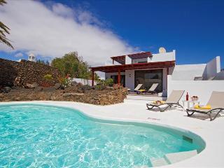 Charming 3 bedroom Puerto Del Carmen Villa with Dishwasher - Puerto Del Carmen vacation rentals