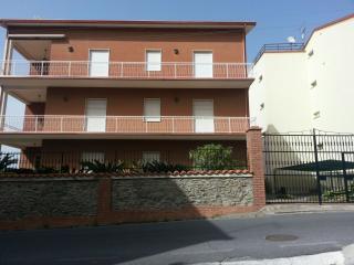 Casa Vacanza ampia con giardino e posto auto - Belmonte Calabro vacation rentals