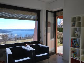 Vista lago stupenda appartamento con piscina LESA - Lesa vacation rentals