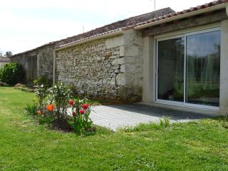 Gite rural 2/4 pers, triangle Saintes/Royan/Oléron - Luchat vacation rentals