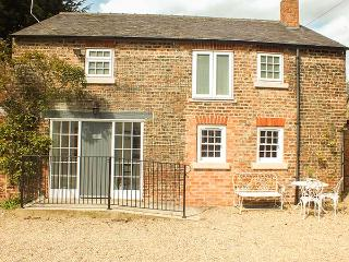 GROVE COTTAGE, pet-friendly, luxury holiday cottage, with woodburner, Thirsk, Ref 930612 - Thirsk vacation rentals