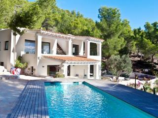Charming Villa in Es Vive with Washing Machine, sleeps 8 - Es Vive vacation rentals