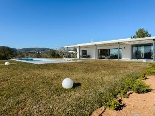 4 bedroom Villa with Internet Access in Santa Gertrudis - Santa Gertrudis vacation rentals