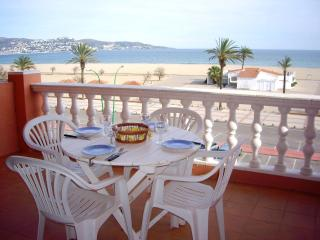 Bright 2 bedroom Condo in Empuriabrava with A/C - Empuriabrava vacation rentals