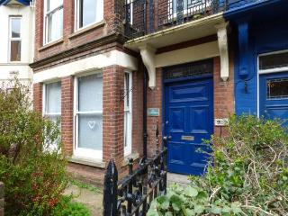 FLAT 1, ground floor apartment, patio, close to beach, in Cromer, Ref 933664 - Cromer vacation rentals