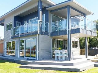 Big, bold and beautiful, catering to intimate groups of 4 up to 10 - Waiheke Island vacation rentals