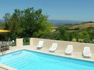 Domaine Roujoux avec Vue, Piscine Chauffée & Golf - Laurac vacation rentals