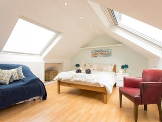 Light & Spacious 4BR House, 20 away from Hyde Park - London vacation rentals