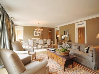 Luxury 2 bed/2.5 bath in Le Marais. Best Location! - Paris vacation rentals