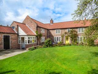 HUMPTY DUMPTY COTTAGE, detached, open fire, enclosed garden, in Cawood, York, Ref 934598 - York vacation rentals