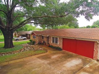 Comfortable 3BR Euless House w/Wifi, Updated Amenities & Large Fenced Yard - Centrally Located in the Heart of the DFW Metroplex! - Euless vacation rentals